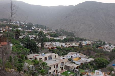 Casa con huerto urbano en el Condominio El Cuadro - Chaclacayo