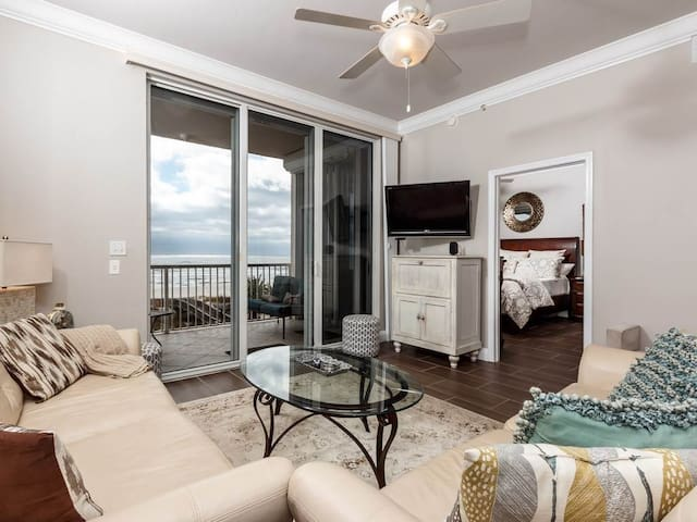 Gorgeous Vacation Rental, Beach chairs and umbrella included, On-site pool, On the beach