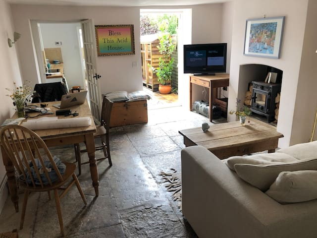 Cute & cosy 3 (or 4) bed cottage, central Bruton