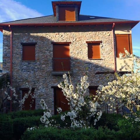 Casa rural de piedra en Corullón