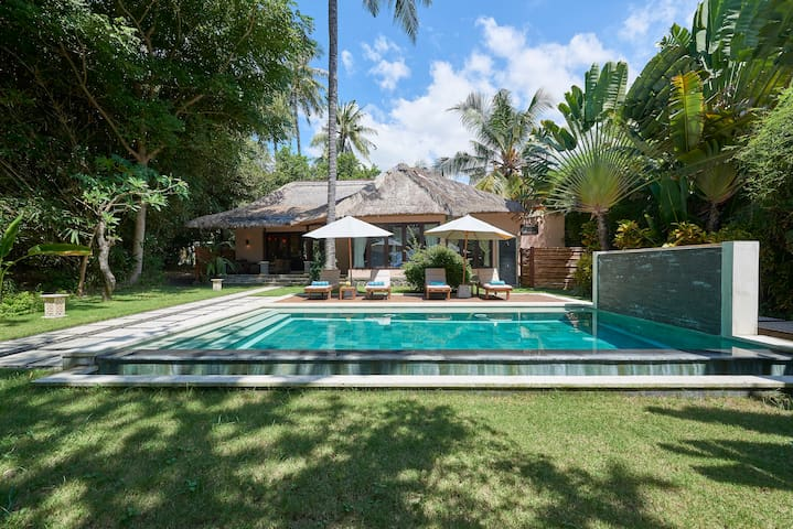 2BR Beachfront Villa with the Pool