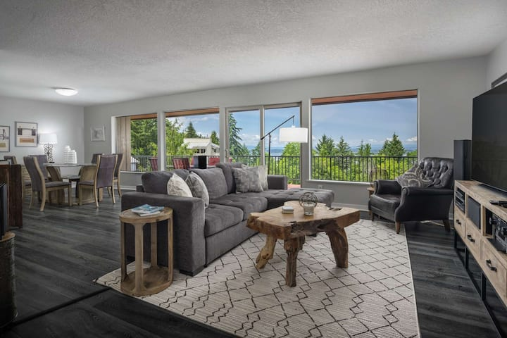 Spectacular Views and Huge Deck w/ BBQ, Next to Forest Park Hiking Trails, One Mile to NW Portland