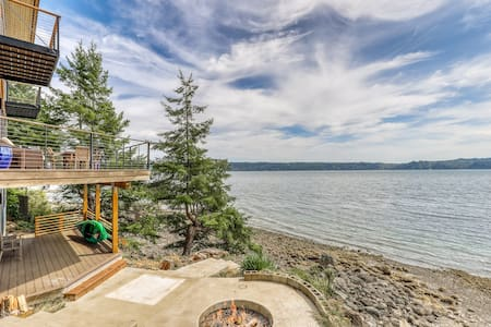 NEW LISTING! Family & dog friendly water front home w/ WiFi & full kitchen!