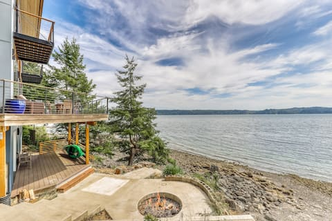 Family & dog-friendly waterfront home w/ free WiFi & a full kitchen!