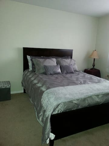 Inviting Comfortable Bedroom - Cincinnati - Apartment
