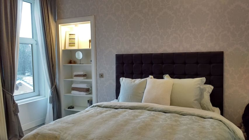 Large Room/Private Lounge, 15 min to City Centre