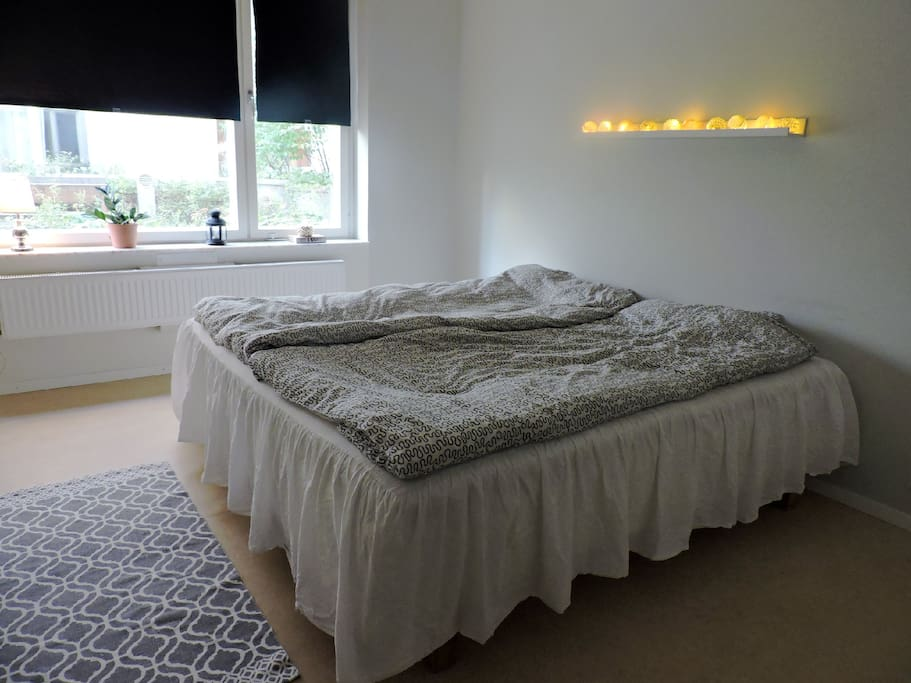 Bedroom with a comfortable 180' king size bed.