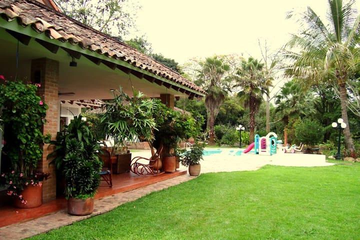Linda finca con bellos jardines. - Silvania - บ้าน