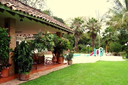 Linda finca con bellos jardines. - Silvania - Haus