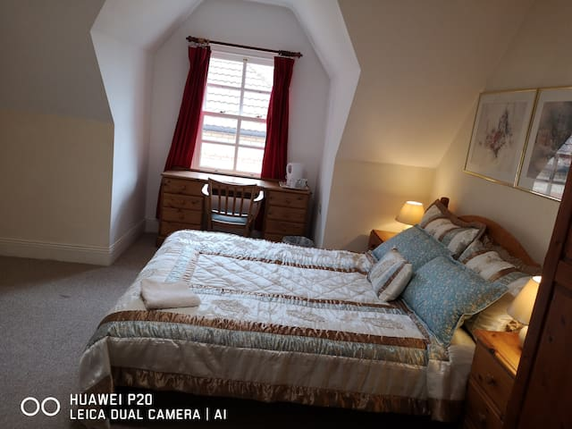 Bright double room within easy walk to beach