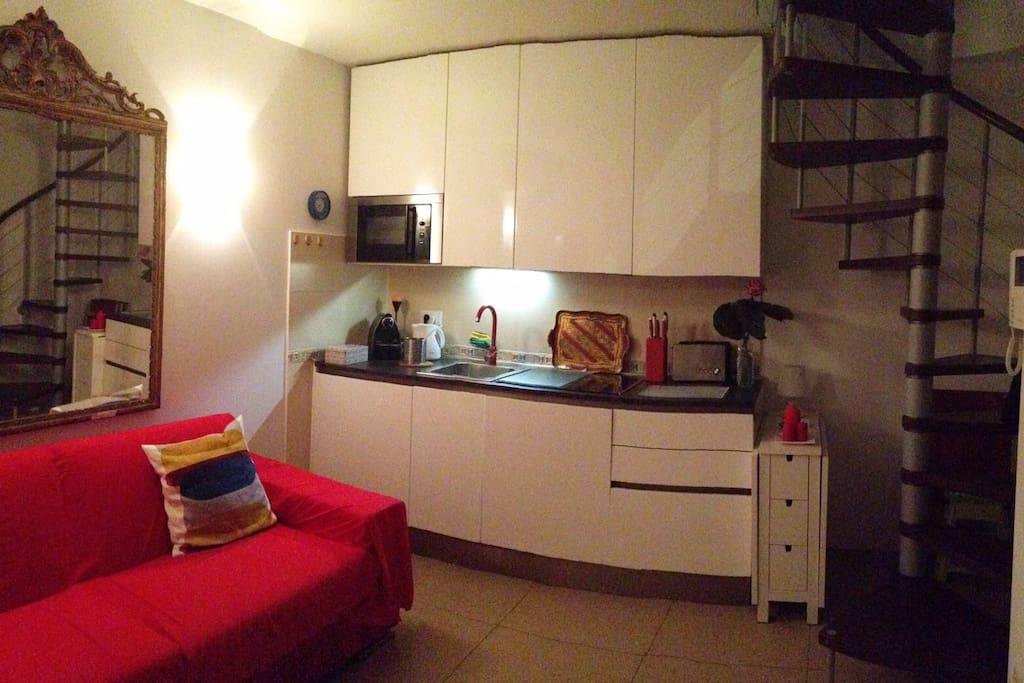 Sala con cucina attrezzata e divano letto
