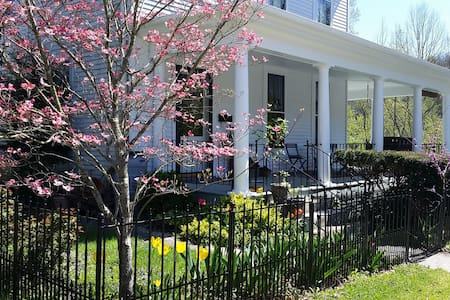 Rolling River B&B: 2 bedrooms w breakfast included - Frankfort - Bed & Breakfast