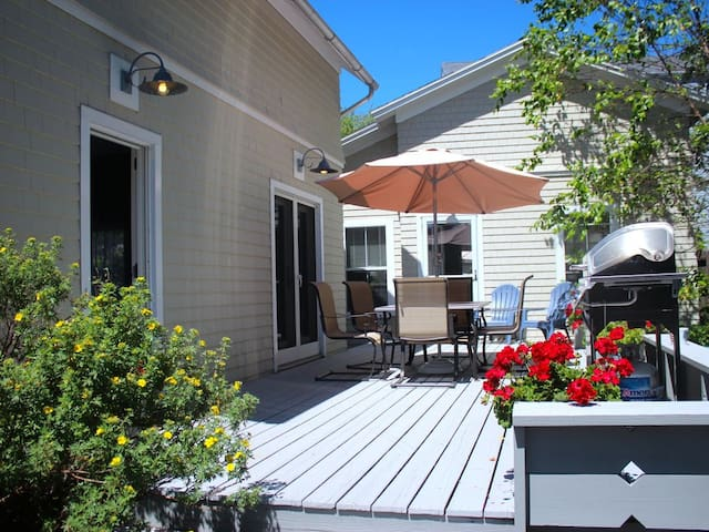 Great in-town location!!  Unique cottage!