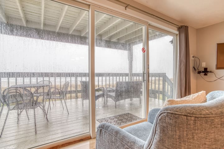 Whale Watcher Condo #1 - Oceanfront Condo with Panoramic Views of Rockaway Beach