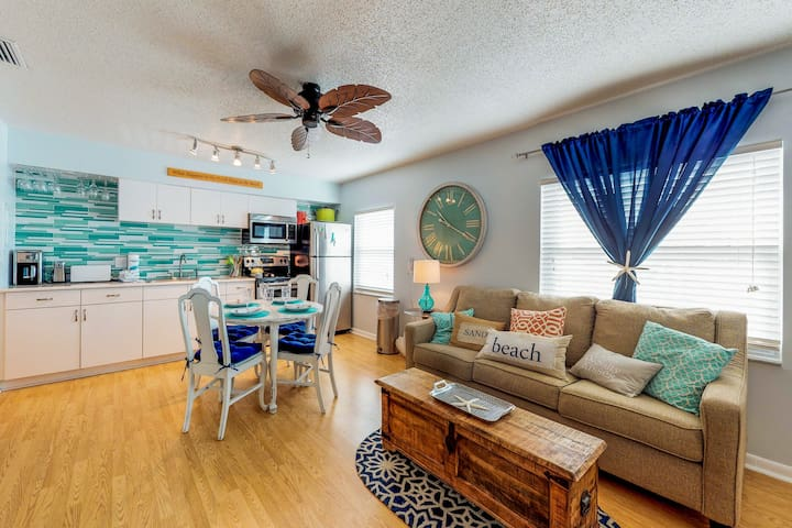 Beautiful Condo w/ shared pool - easy access to beach, restaurants, & shops!