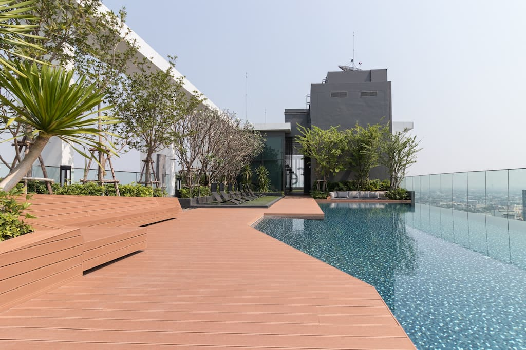 Rooftop infinity pool with great views, well-equipped gym and hot sauna.