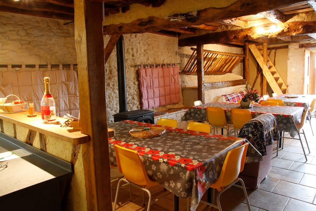 La salle avec son poêle à bois