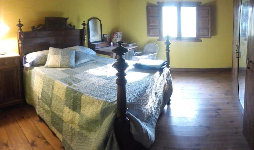 Habitació matrimoni amb posible llit supletori.