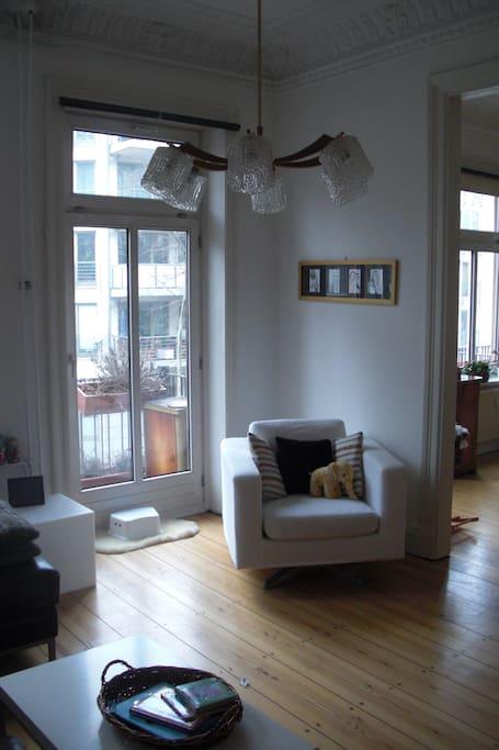 Wohnzimmer: Balkontür und Durchgang zum Esszimmer