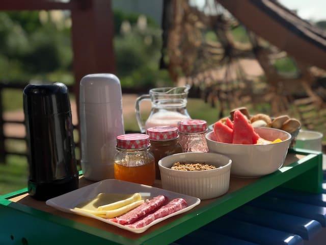 Café da manhã variado, servido na porta do seu quarto.