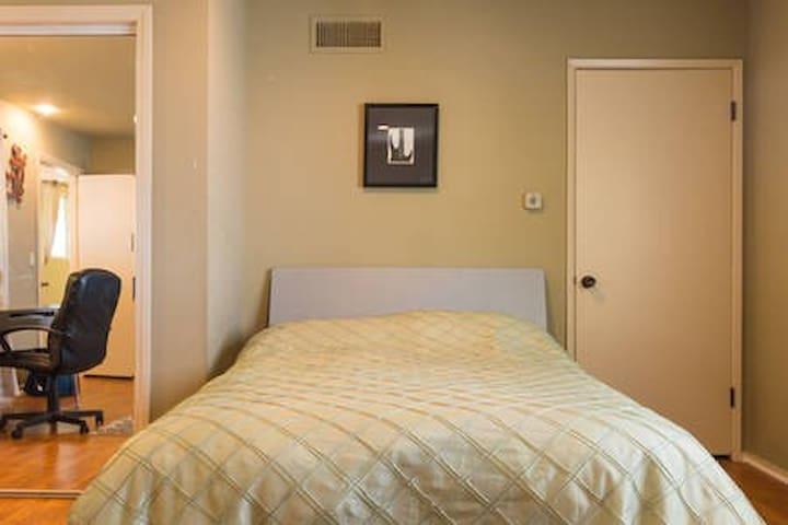 Private room/shared pool/Backyard/kitchen/bathroom