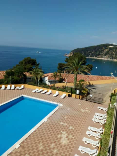 Seafront 2p studio Tossa. Beach,terrace and pool.