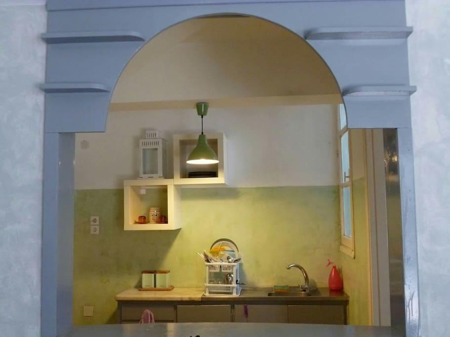 Η οψη της κουζινας απο την τραπεζαρια!
