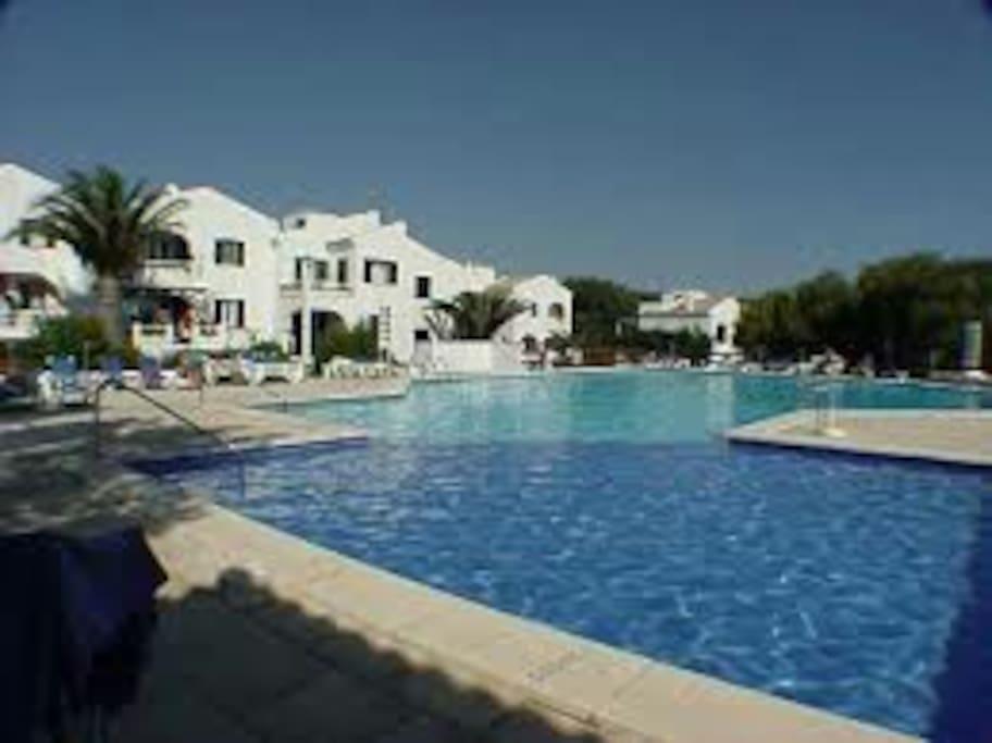 Fabulosa piscina de agua salada a menos de 15 metros del aprtamento!