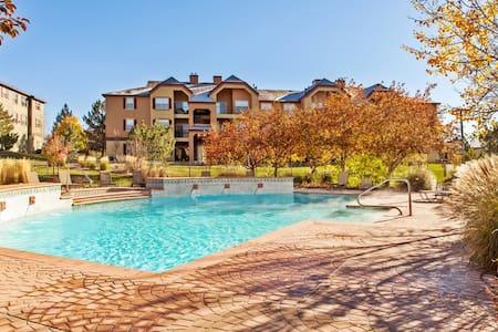 Luxury Apartment w/ Hot tub & Pool - โคโลราโดสปริงส์ - อพาร์ทเมนท์