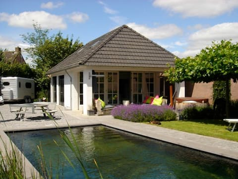 Luxe gastenverblijf met jacuzzi en sauna.