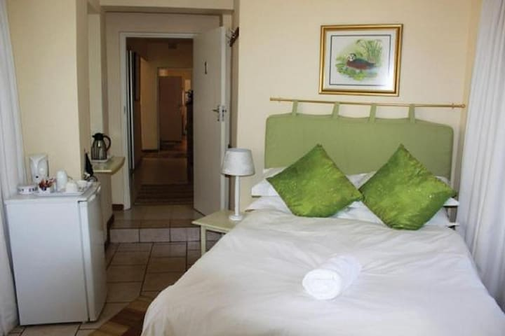 Room 1 - Wild Orchid - Guest House Pongola
