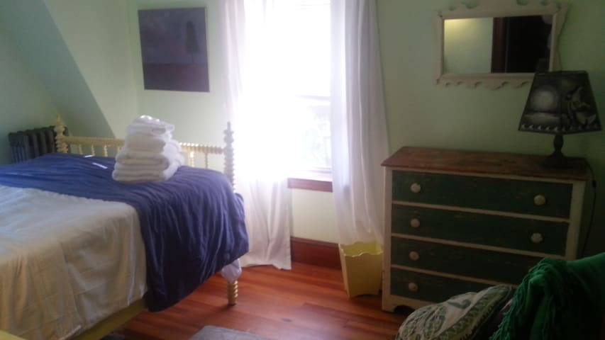 Bright room near everything! - South Portland - Ev