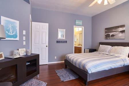 50yds to Beach Cozy Master Bedroom - Ház