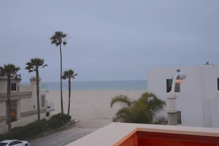 Three story house across the street from Hollywood Beach. The house has spectacular views of the ocean from every room. Walking distance to the harbor and great local restaurants and bars.  Great house for BBQing and family time.