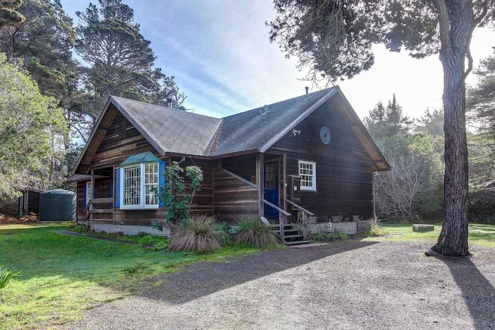 Cottage w/ deck & wood stove - walk to the ocean, beach, & bluffs!
