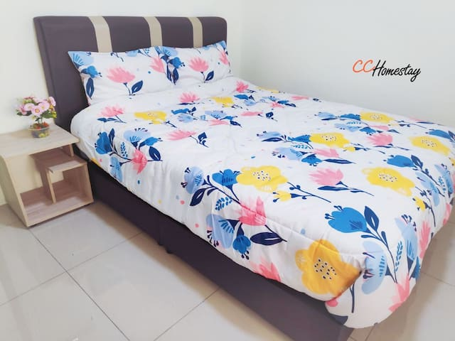 Room 3 :Queen bed with aircond , can sleep up to 3 persons with floor mattress provided  房间3 : 双床位,设有冷气,提供床垫可睡至三人。