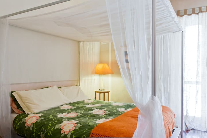 The Orange Room - four poster bed - Montafia - Pousada