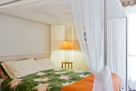 The Orange Room - four poster bed - Montafia