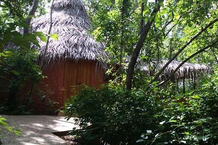 African cabina at Mundo Milo Lodge - Playa Junquillal, Santa Cruz - Blockhütte