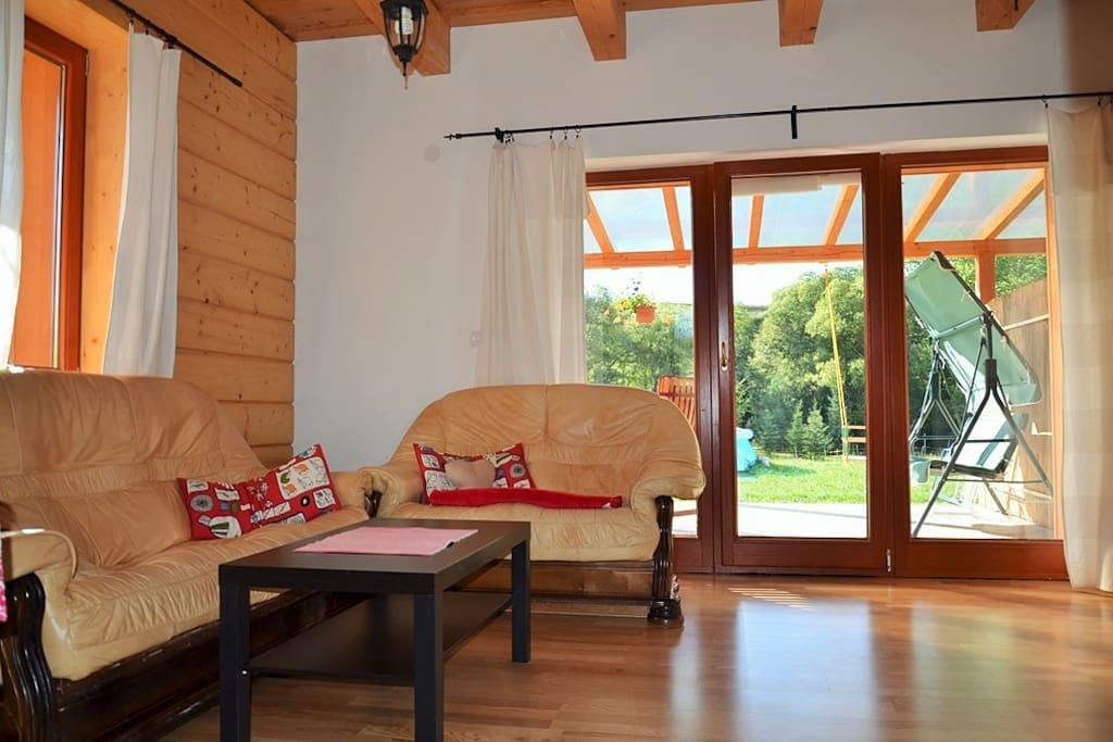 chata HolidayRaj, spoločenská miestnosť, krb, terasa