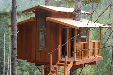 Remote Off-Grid Rustic Treehouse