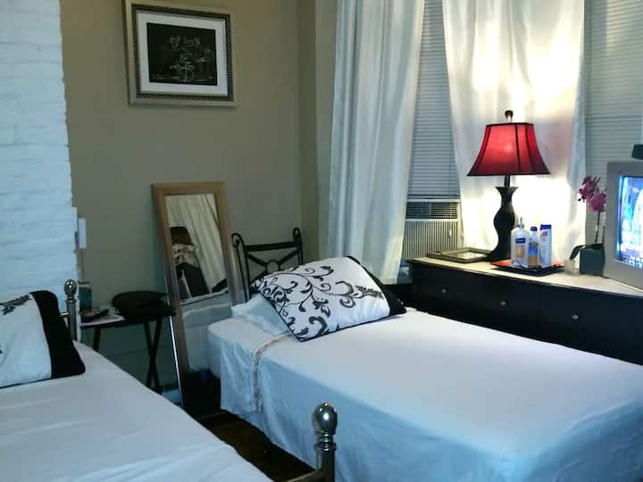 NYC 16 Min. Away! SMALL CLEAN Private Room