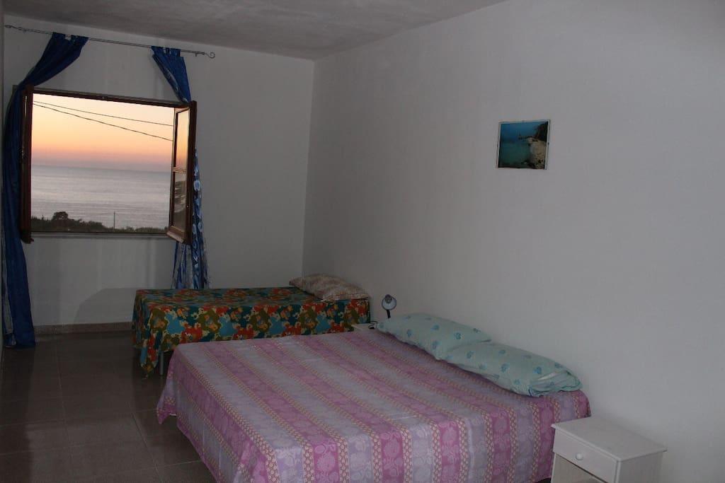Stanza 2: In foto presente solo 1 letto matrimoniale e 1 letto singolo. La disposizione dei posti letti varia a seconda degli ospiti. Inoltre è presente un armadio (non visibile in foto) e i due comodini.
