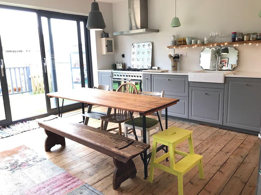 A bright open plan kitchen/dinning room.
