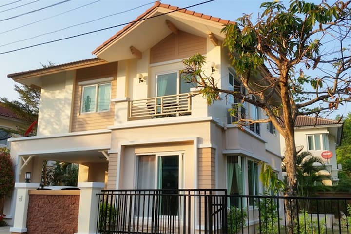 Western Style House, Canadian Host - Chiang Mai - Huis