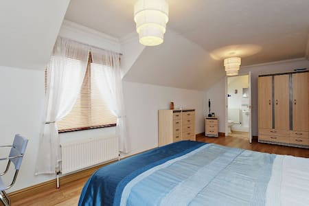 Large en-suite room can sleep 3 - Billericay