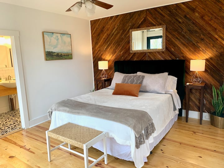 Peaceful*Modern bedroom suite-close to downtown