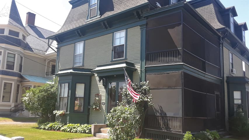Big Green Victorian - Upstairs Quiet & Comfortable