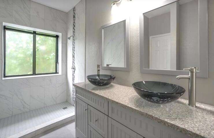 3-Bed 2 Bath Duplex w/ Crib Near Expressway & Park