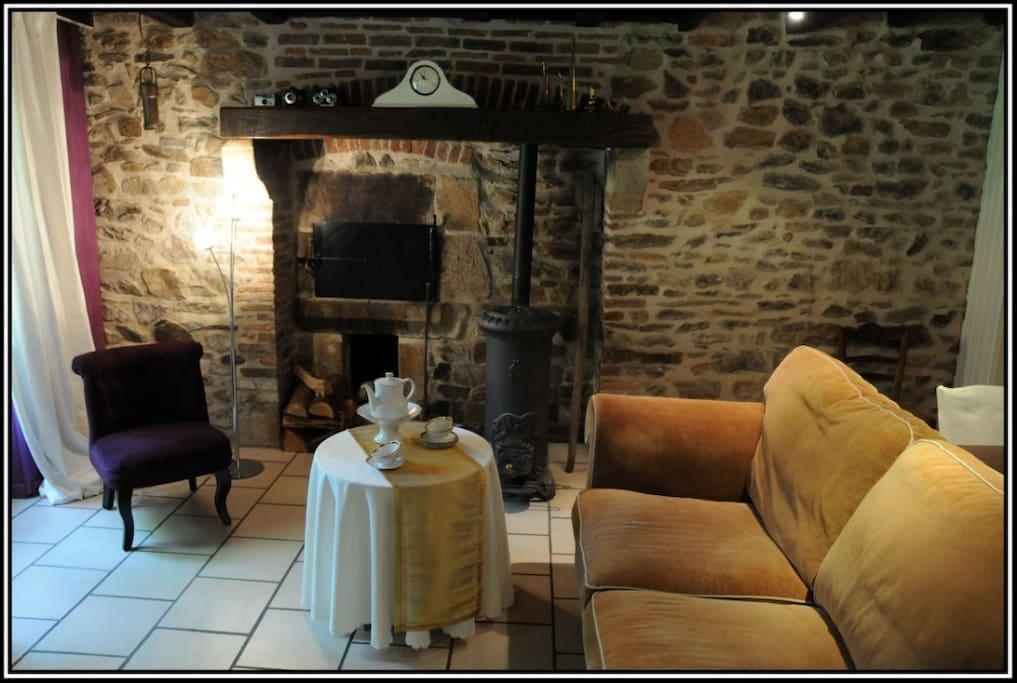 Privé woonkamer in het gastenverblijf met houtkachel en electra-verwarming